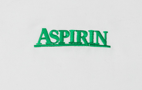 vez na medicinskoj uniformi aspirin logo